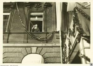 Hitler w oknie hotelowym