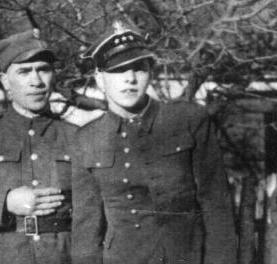 """źródło: AIPN Eugeniusz Kokolski """"Groźny"""" (na fotografii pierwszy z prawej)"""