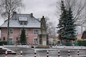 Pomnik Księdza Blizińskiego. W tle Szkoła Podstawowa