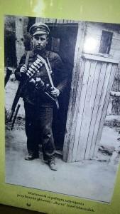 """Wartownik w pełnym uzbrojeniu przy bramie głównej - """"Burza"""" Józef Marszałek"""
