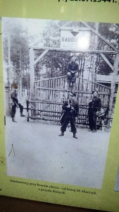 Wartownicy pprzy bramie obozu - Od lewej M. Marczyk, z przodu Różycki
