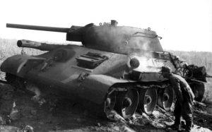 rozbity radziecki T- 34 w bitwie pod Kurskiem
