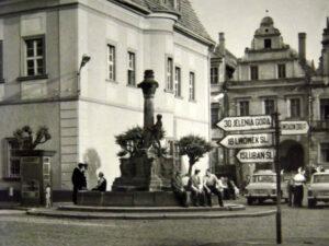 Gryfów Śląski. rynek. Na zdjęciu widoczny drogowskaz. Zdjęci zrobione kilka lat przed odnalezieniem skarbu na poddaszu.