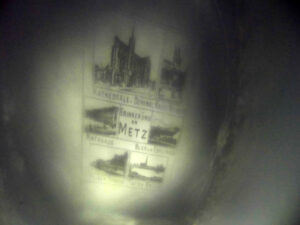 Kryształek z widoczną nazwą METZ oraz zabytkami miasta.