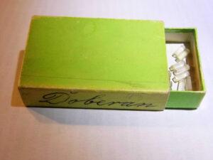 Pudełko, a w nim widoczny zbiór tajemnic Gryfowskiego poddasza